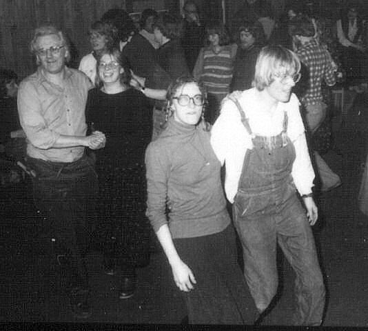 Fødselarerne danser til festen